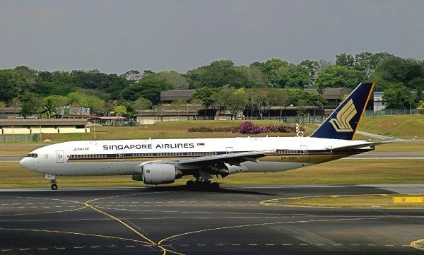 SIA 777-200 taxiing in to a gate at Changi