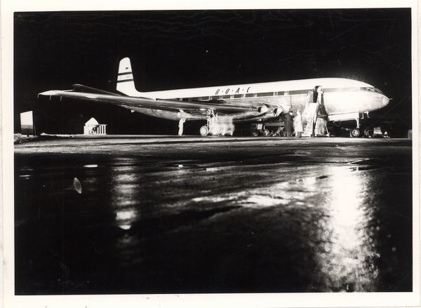 night shot of the de havilland comet