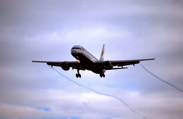 BA 757 landing approach to LHR with vortex off wings Loasby