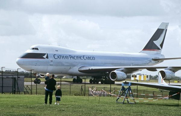 Boeing 747-200F Cathay Pacific Cargo being watched by family