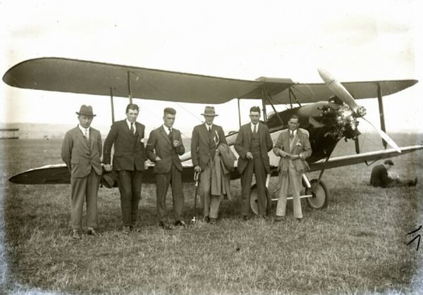 eoffrey de Havilland (3rd from right) and his team at Lympne air trials