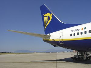 modern aircraft/boeing 737 800 ryanair palermo airport scility