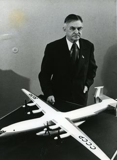 Oleg Antonov and model of his plane AN-22